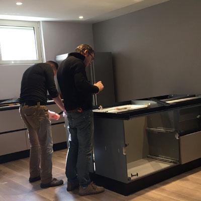 La squadra di Intuizioni d'Arredo al lavoro al montaggio di una cucina